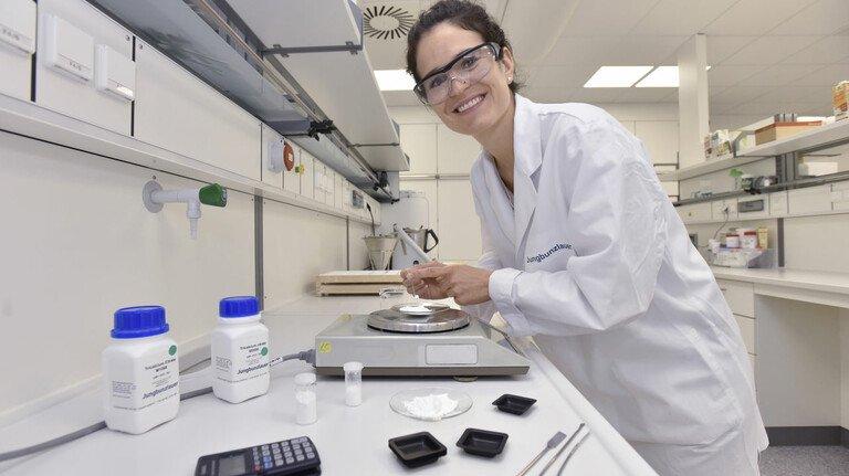 Anwendungstechniker arbeiten im Labor, hier bei Jungbunzlauer in Ladenburg.
