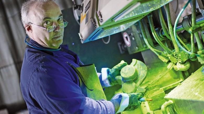 Grünes Licht: Uwe Droste bei der Magnetpulverprüfung. Foto: Moll