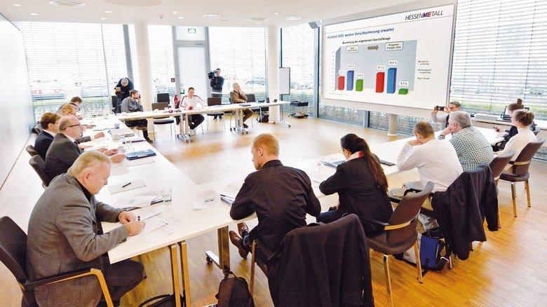 Pressekonferenz von Hessenmetall in Frankfurt: Die Umfrageergebnisse zum Stand der Digitalisierung in Hessens Metall- und Elektro-Industrie stießen bei vielen Journalisten auf großes Interesse.