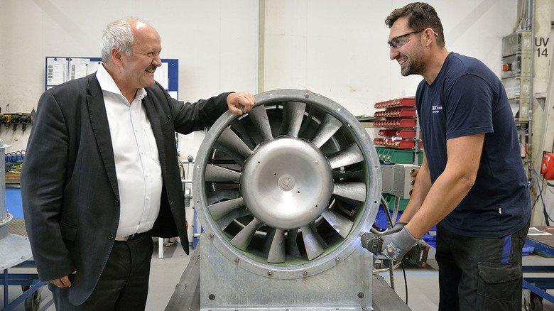 Arbeiten am Entrauchungsventilator: Industriemechaniker Paul Golfinger (rechts)  im Gespräch  mit Geschäftsführer Hartmut Brandau bei Trox X-Fans in Bad Hersfeld.