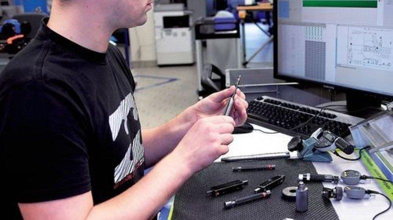 Kontrolle: Zerspaner Mario Lüdtke misst einen Nagel. Foto: Mischke