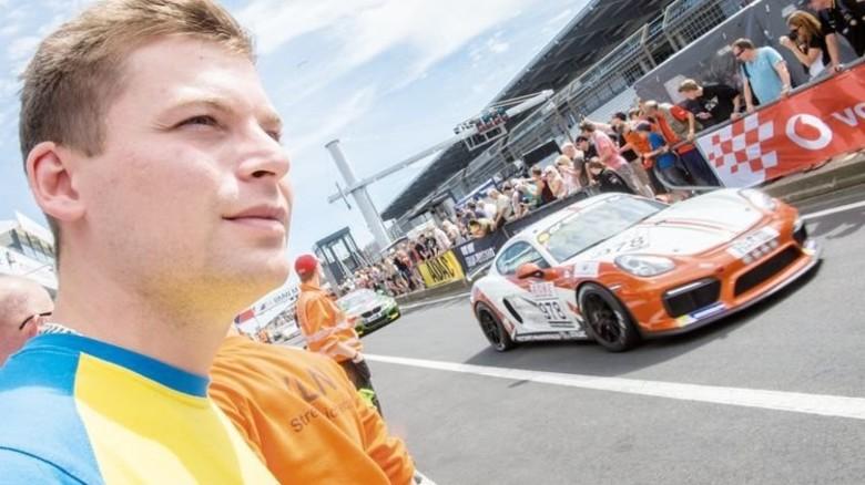 Ganz nah dran: Friedrich Herzog an der Piste des Nürburgrings. Foto: Straßmeier