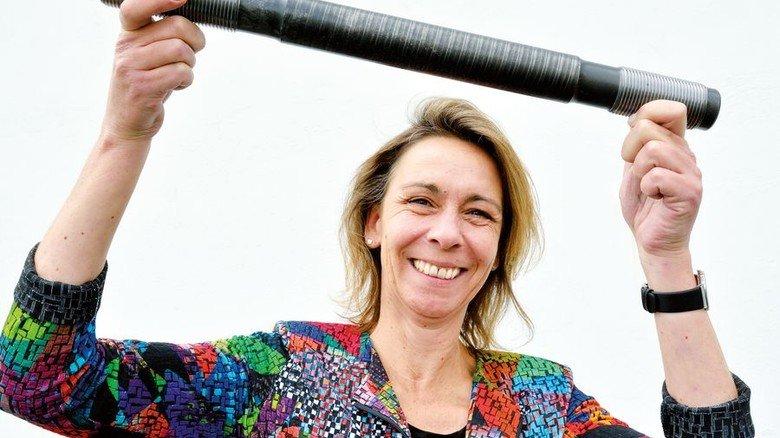 Stark: Alexandra Schmidt mit einer Spezialschraube für die Energiebranche. Foto: Scheffler