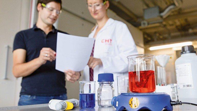 Mit Listen wird im Labor geprüft: Entsprechen wirklich alle Zutaten den hohen Ansprüchen?