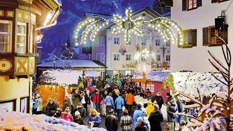 Mit Alpenpanorama: Das Weihnachtsdorf in Bad Hindelang bietet einen der stimmungsvollsten Weihnachtsmärkte im Alpenraum.