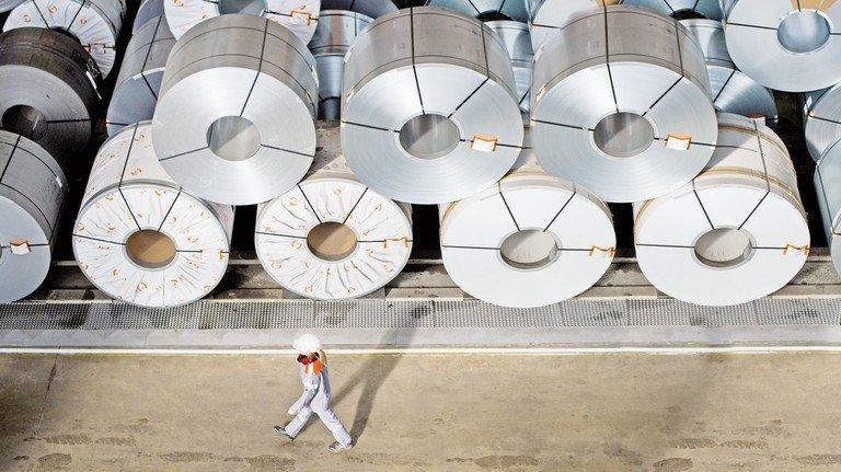 Aufgewickelte Metallbänder auf Lager: In Auto-Industrie und Maschinenbau läuft es zurzeit schlecht.