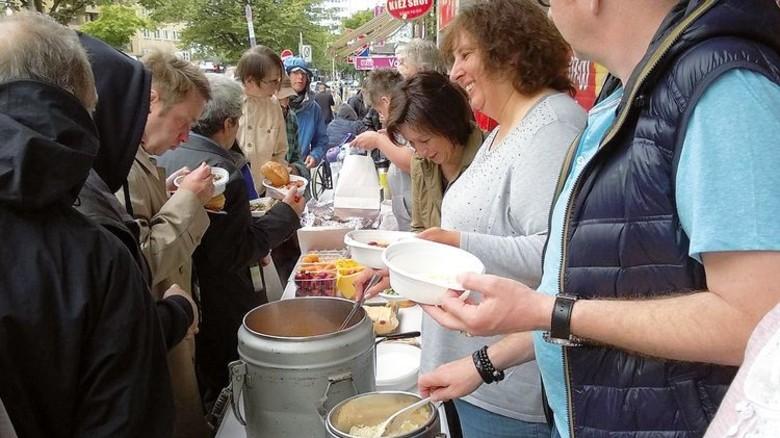 Im Einsatz: Zweimal im Monat steht die 49-Jährige mit anderen Helfern an der Hamburger Reeperbahn, um Essen auszuteilen. Foto: Privat