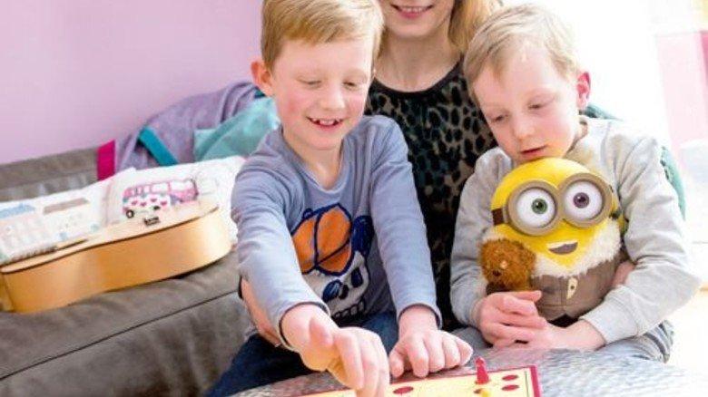 Zu Hause: Jasmin Kaufmann mit ihren beiden Söhnen Mads und Claas. Foto: Straßmeier