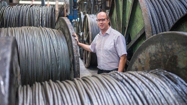 Spezielles Know-how in jeder Seilrolle: Werkleiter Markus Stieren mit fertigen Produkten.