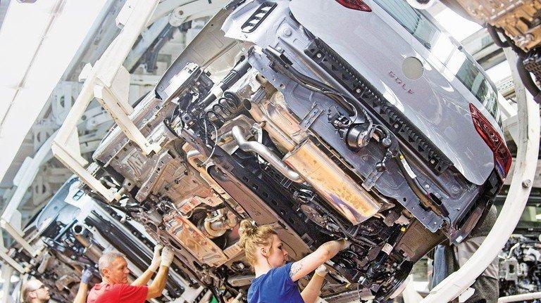 VW-Golf-Produktion in Wolfsburg: Der Strukturwandel vom klassischen Verbrennungsmotor zu neuen Lösungen setzt die deutsche Auto-Industrie und ihre Zulieferer gewaltig unter Druck.