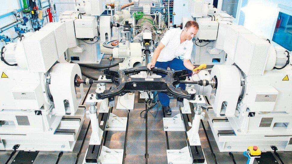 Auf dem Prüfstand: ZF Friedrichshafen testet neue Komponenten für den Antriebsstrang. Der namhafte Autozulieferer muss Überkapazitäten abbauen und Kosten begrenzen.