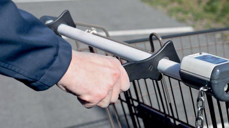 Kein Kontakt: Mit den Hygienehaken lassen sich Einkaufswagen sicher schieben und Handschuhe oder  Desinfektionsmittel sparen.
