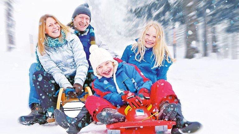Familienspaß: Rodeln ist eine große Gaudi für Eltern und Kinder. Foto: Adobe Stock