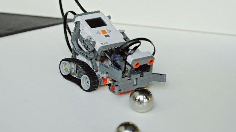 Herausforderung: Dieser Roboter sammelt Kugeln ein. Foto: TUHH/Böttcher