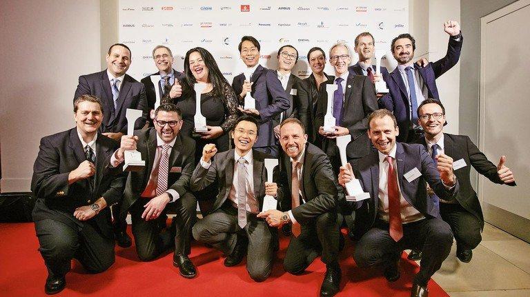 Stolze Sieger: Die Gewinner der acht prämierten Kategorien nach der Verleihungsfeier in der Hamburger Handelskammer.