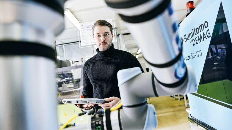 Begeistert von den modernen Maschinen: Maximilian Primus programmiert einen kollaborierenden Roboter.