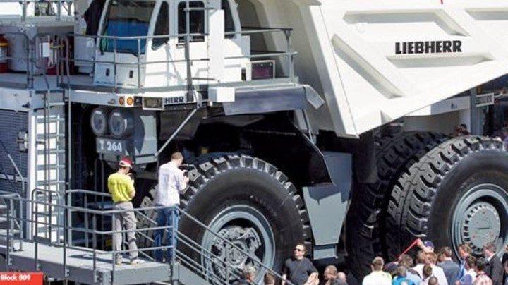Attraktion für große und kleine Besucher: In die Mulde des Riesenkippers von Liebherr passen 13Kleinwagen. Foto: Werk