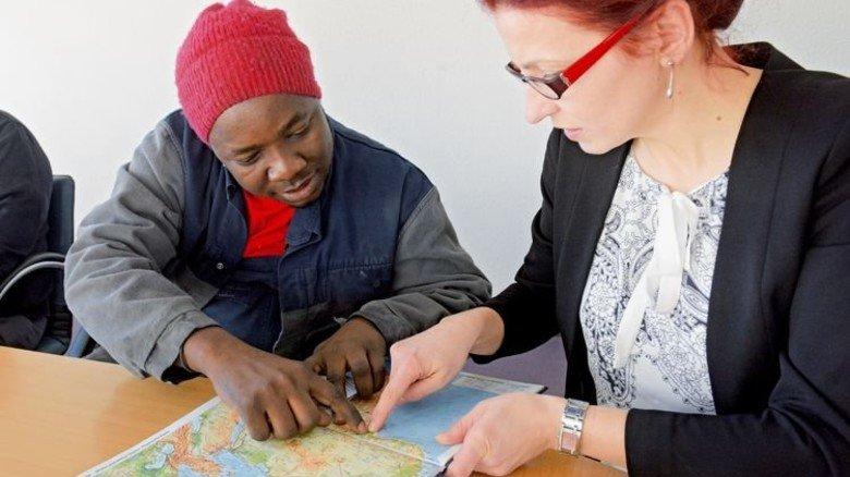 Sprechen über seine Heimat: Der Nigerianer und IdA-Navigatorin Alina Dajnowicz. Foto: Puchner