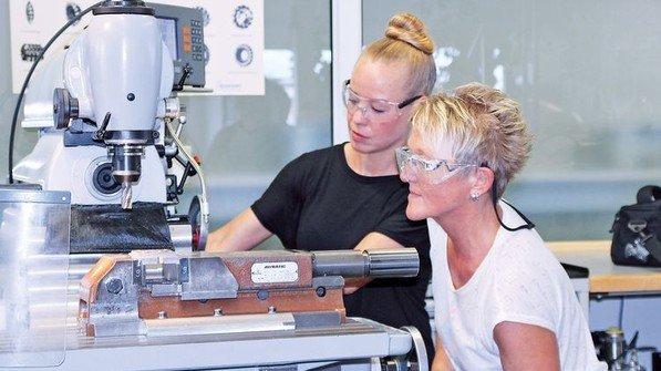 Beispiel Siemens: Einfache Arbeiten werden weniger: Im Werk Regensburg können Mitarbeiter auf Kosten der Firma einen Berufsabschluss nachholen. Foto: Werk