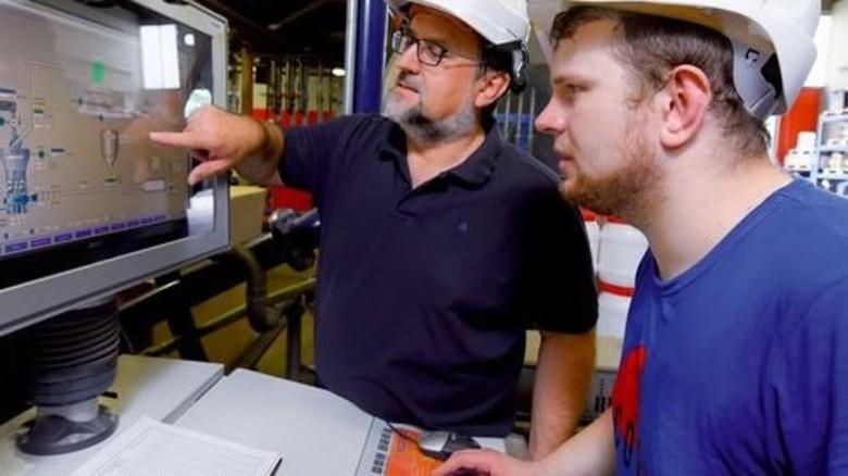 Am Monitor: Reinhard Kleibs (links) und Kai Laue überprüfen Prozess-Parameter. Foto: Augustin