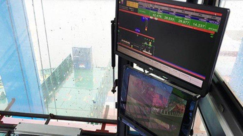 Bildschirme: Die Displays zeigen dem Kranführer unter anderem das Gewicht eines jeden Containers an. Foto: Roth