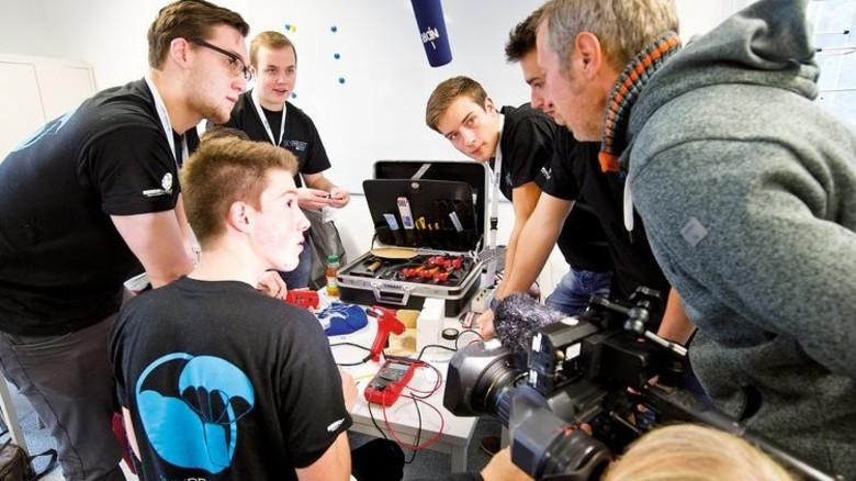 """""""Sky Project"""", die aus 18 Zwölftklässlern von den Berufsbildenden Schule Rotenburg bestand. Ihr Satellit ermittelte die Konzentration schädlicher Gase in der Atmosphäre. Foto: DLR"""