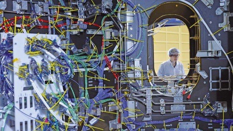 Geordnetes Chaos: Hunderte von Kabeln ziehen sich durch das Modul, aus Sicherheitsgründen sind viele Systeme redundant ausgelegt. Foto: Bahlo