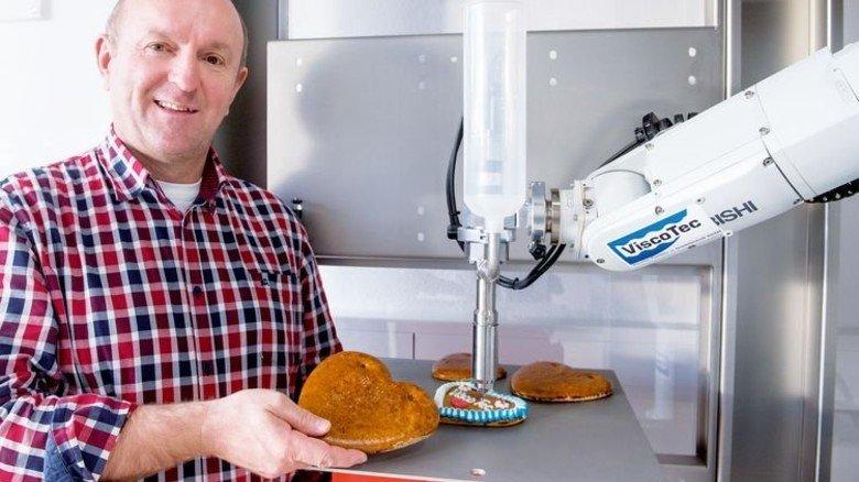 Ideenreich: Geschäftsführer Georg Senftl vor einem Roboter mit Pumpe. Foto: Bodmer