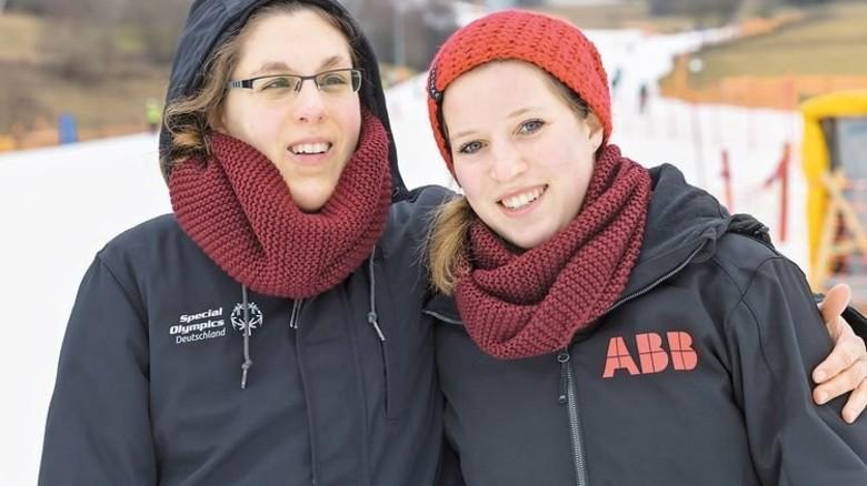 Freundschaft: Lisa Kranke (links) und Sabrina Claus schreiben sich heute noch. Foto: Werk