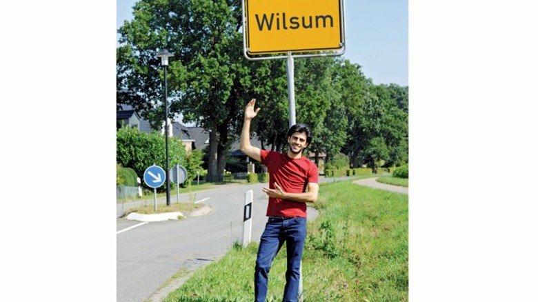 Neue Heimat: Der 27-Jährige vor dem Ortseingangsschild. Foto: Wirtz