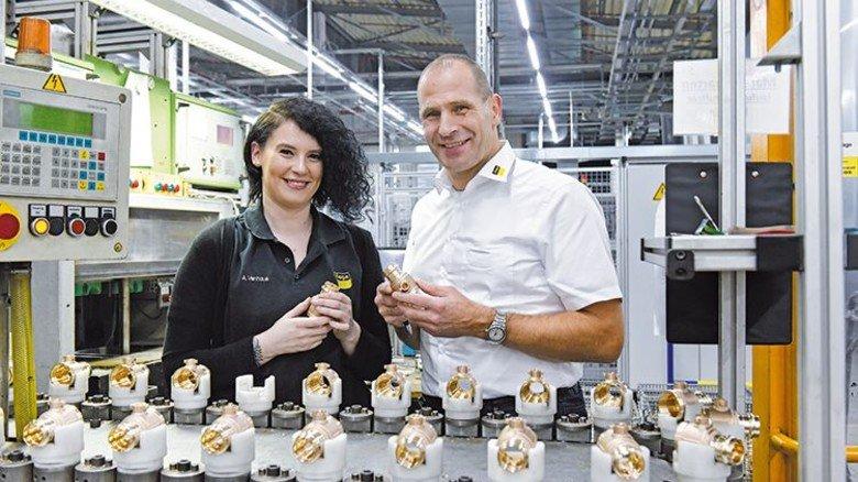 Viega Holding GmbH & Co.KG  Alina Venhaus, Zerspanungsmechanikerin im 3. Lehrjahr und Ulrich Schmidt, Leiter gewerblich-technische Ausbildung. Foto: Wirtz