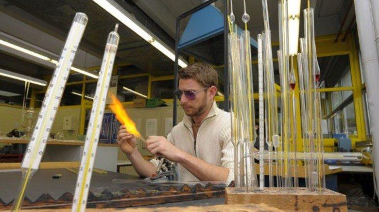 Sein Know-how bleibt gefragt: ThermometerMacher Tobias Hörning bereitet ein Messröhrchen für den Zusammenbau vor. Die Arbeit lernen zurzeit sechs Auszubildende