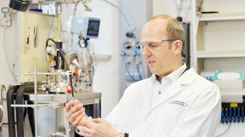 Gerne im Labor: Das Herz des Firmengründers schlägt noch immer für die Chemie.