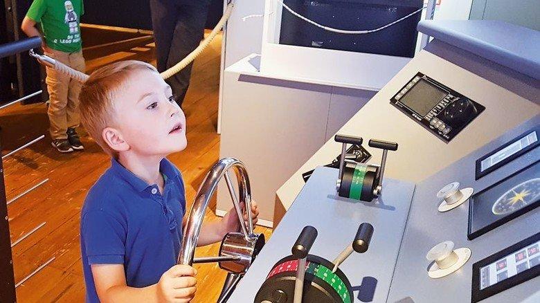 Kids am Steuer: Auch Kinder dürfen mal testen, wie sich ein Schiff navigieren lässt. Foto: Klaus Boescke