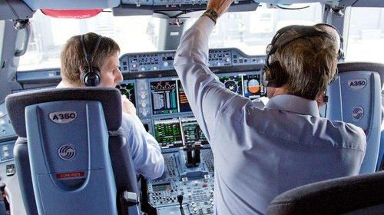 Cockpit: Über die Bildschirme in der Mitte kontrollieren die Piloten die Maschine. Foto: Werk