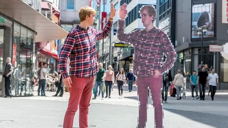Ein Zwilling aus Bits und Bytes: Digitale Technik ist längst fester Bestandteil unseres Lebens – Teil unserer Identität. Foto: Roth