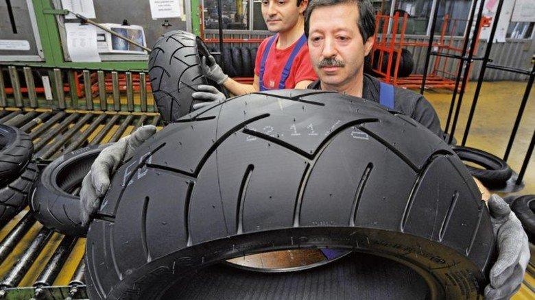 Rundes Ding: Endkontrolle von Motorradreifen in einer Fabrik. Foto: Sturm