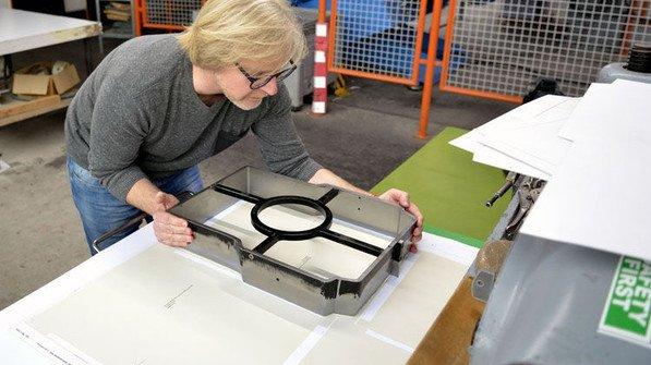 Muss passen: Papiertechniker Manuel Pfeiffer sucht ein Stanzwerkzeug zum aktuellen Auftrag. Foto:Scheffler