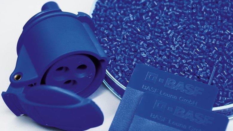 Identisch: Farbvorlage, Granulat und das Produkt, ein Stecker, leuchten im exakt selben Blau. Foto: Sturm