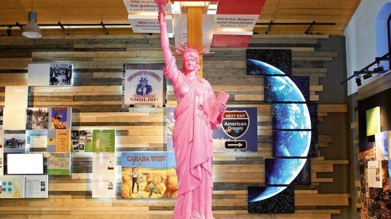 """Neue Welt: Die pinke Freiheitsstatue im """"Raum der Ankunft"""" in der BallinStadt. Foto: BallinStadt"""