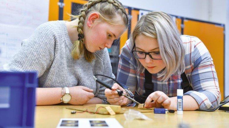 Neue Erfahrung: Zwei Schülerinnen bei der Arbeit mit dem Lötkolben. Foto: Augustin
