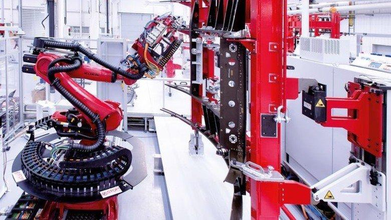 Großes Kaliber: Der Bohrroboter ist eine von 15 Stationen inklusive Messroboter auf zwei Linien. Foto: Premium Aerotec
