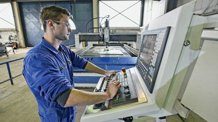 Am Steuerpult: Keno Janssen-Graalfs beim Einstellen der Wasserstrahlschneidanlage.