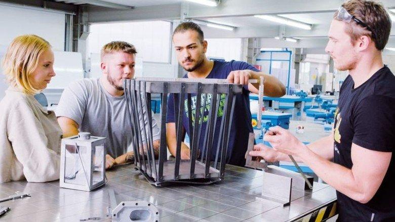 Metall steht im Mittelpunkt: Azubis in der Lehrwerkstatt der HKM Hüttenwerke Krupp Mannesmann in Duisburg. Foto: Roth