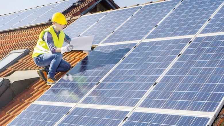 Fotovoltaik-Installation: Der Strom vom Dach bringt den Mietern und dem Vermieter Geld – wenn sie sich einig sind. Foto: Mauritius