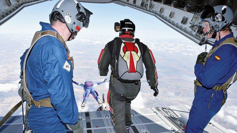 Praktisch: Die große Heckklappe eignet sich gut zum Absetzen von Fallschirmspringern.