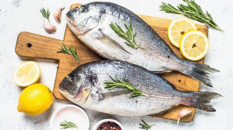 Es muss nicht immer Lachs sein: Auch andere Fischarten wie die Dorade sorgen für eine ausgewogene gesunde Ernährung.