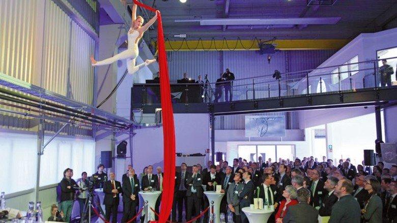 Beeindruckend: Akrobatik-Einlage bei der Feier in der Produktionshalle. Foto: GuS