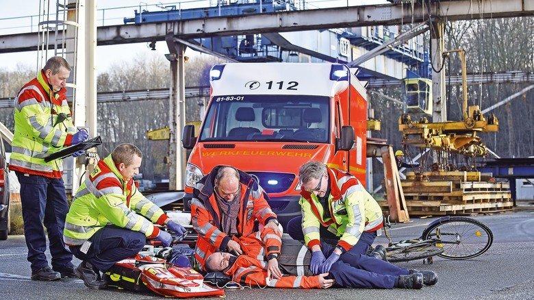 Übung: Ein Mitarbeiter  ist gestürzt, nun muss der Werkarzt (Mitte) mit seinem Team helfen.