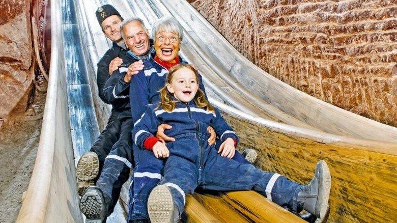Schwungvoll: Auf einer 40 Meter langen Holzrutsche in die Tiefe. Foto: Salzbergwerk Berchtesgaden